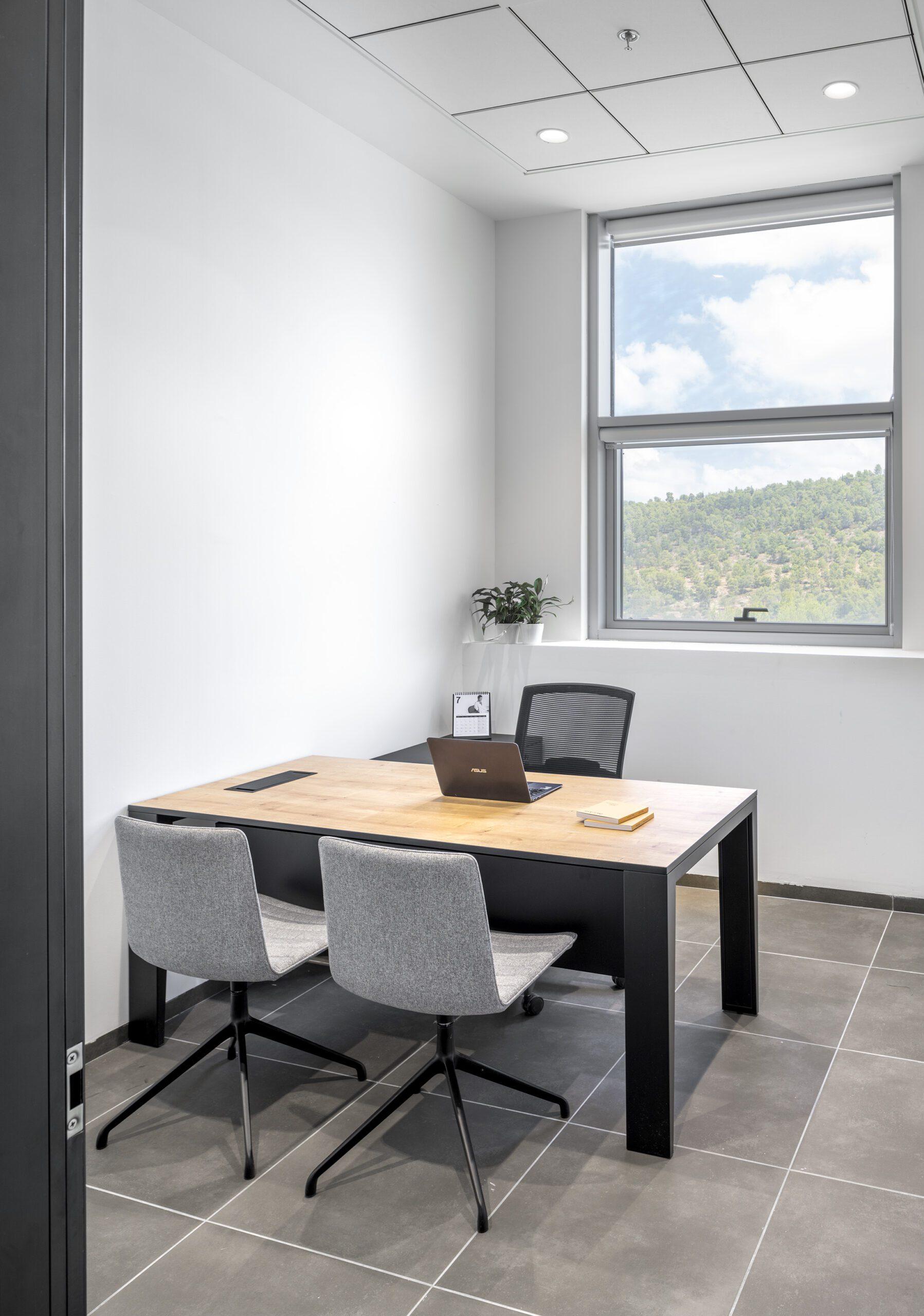 שולחן מנהל MAYA, כסא ארגונומי BROKER, כסאות אורח SOHO
