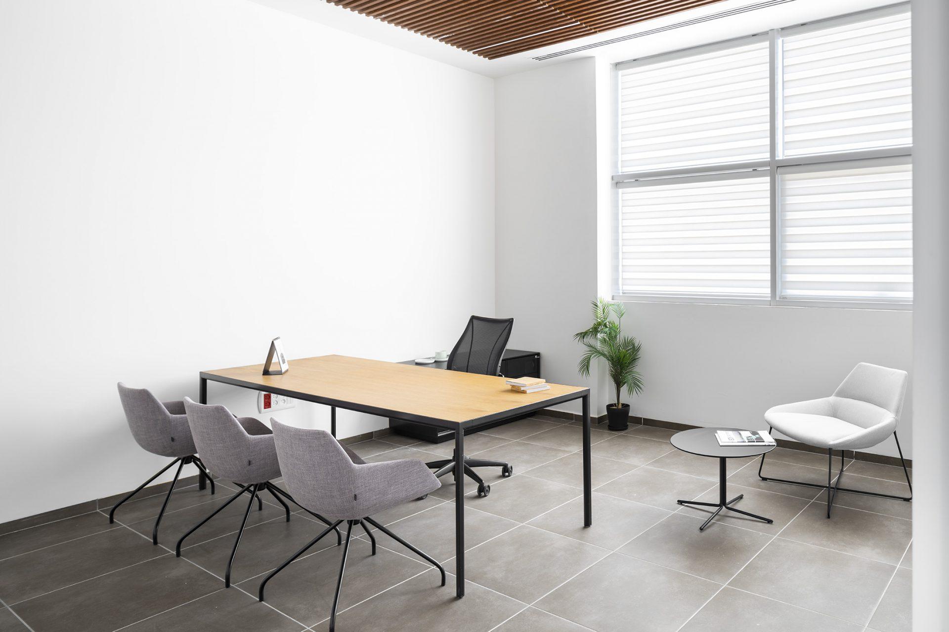 שולחן מנהל SUI, כסא מנהל LIBERTY, כסאות אורח DUNAS