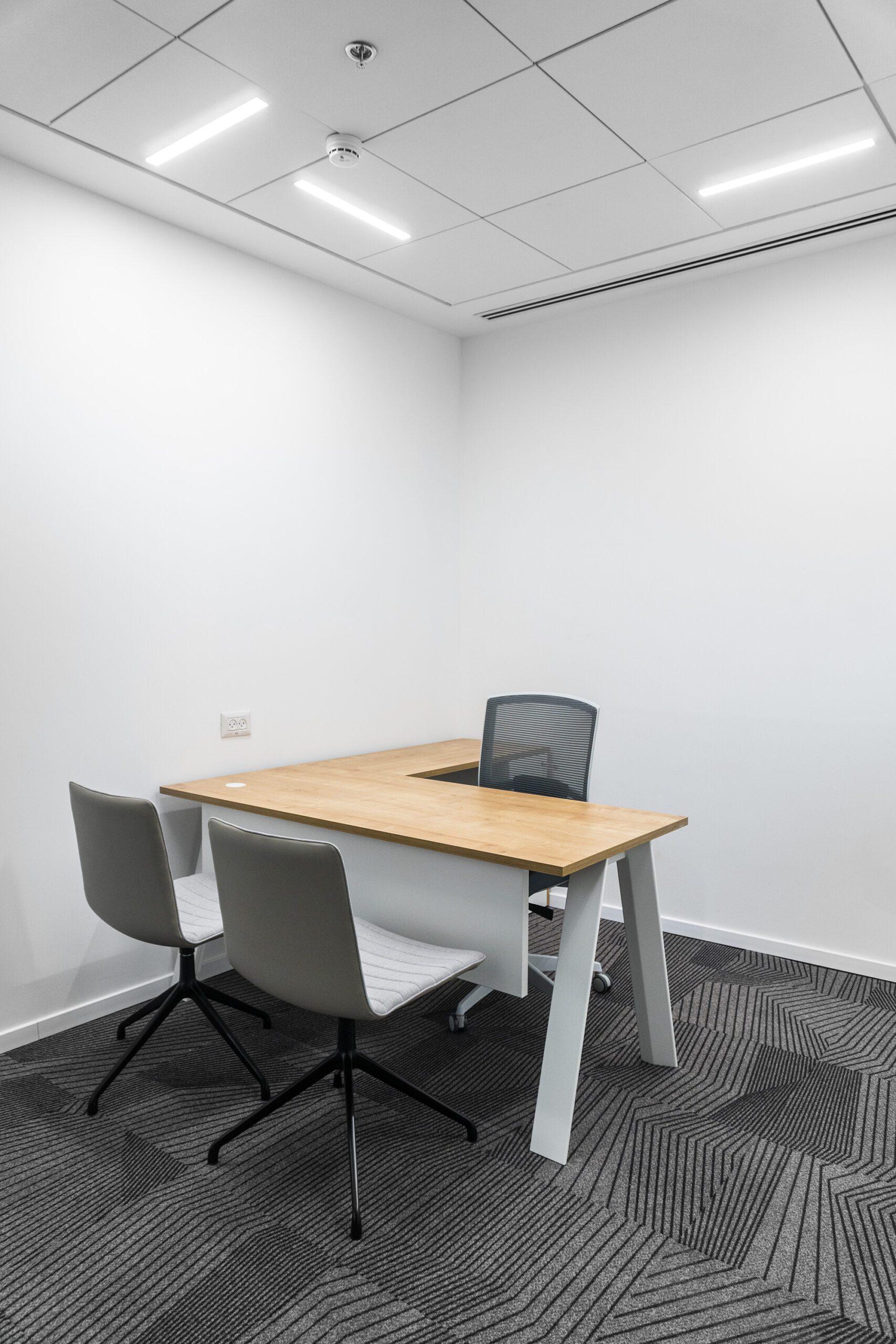 כסא BROKER GREY, שולחן מנהל דגם ECO, כסאות אורח SOHO