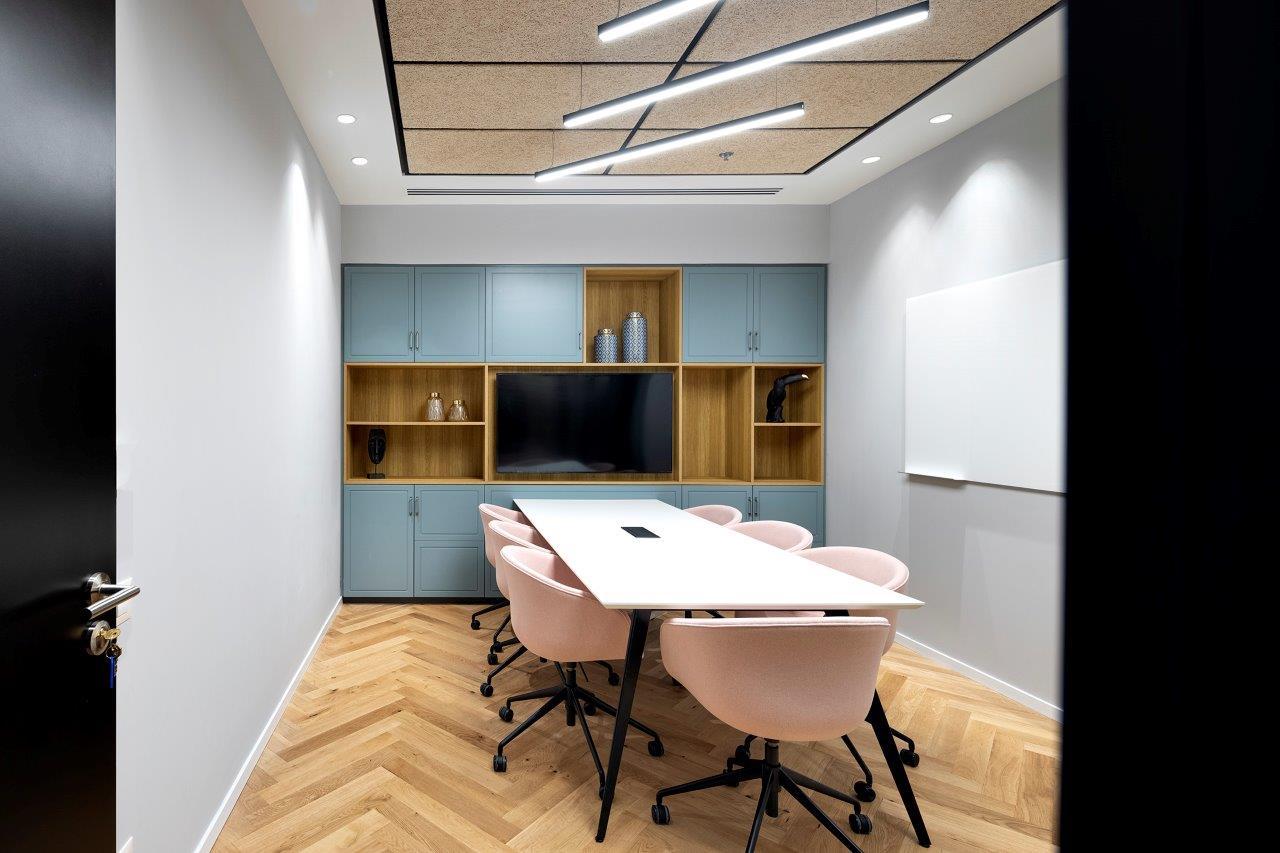 שולחן ישיבות ALFRESCO, כסאות DECO