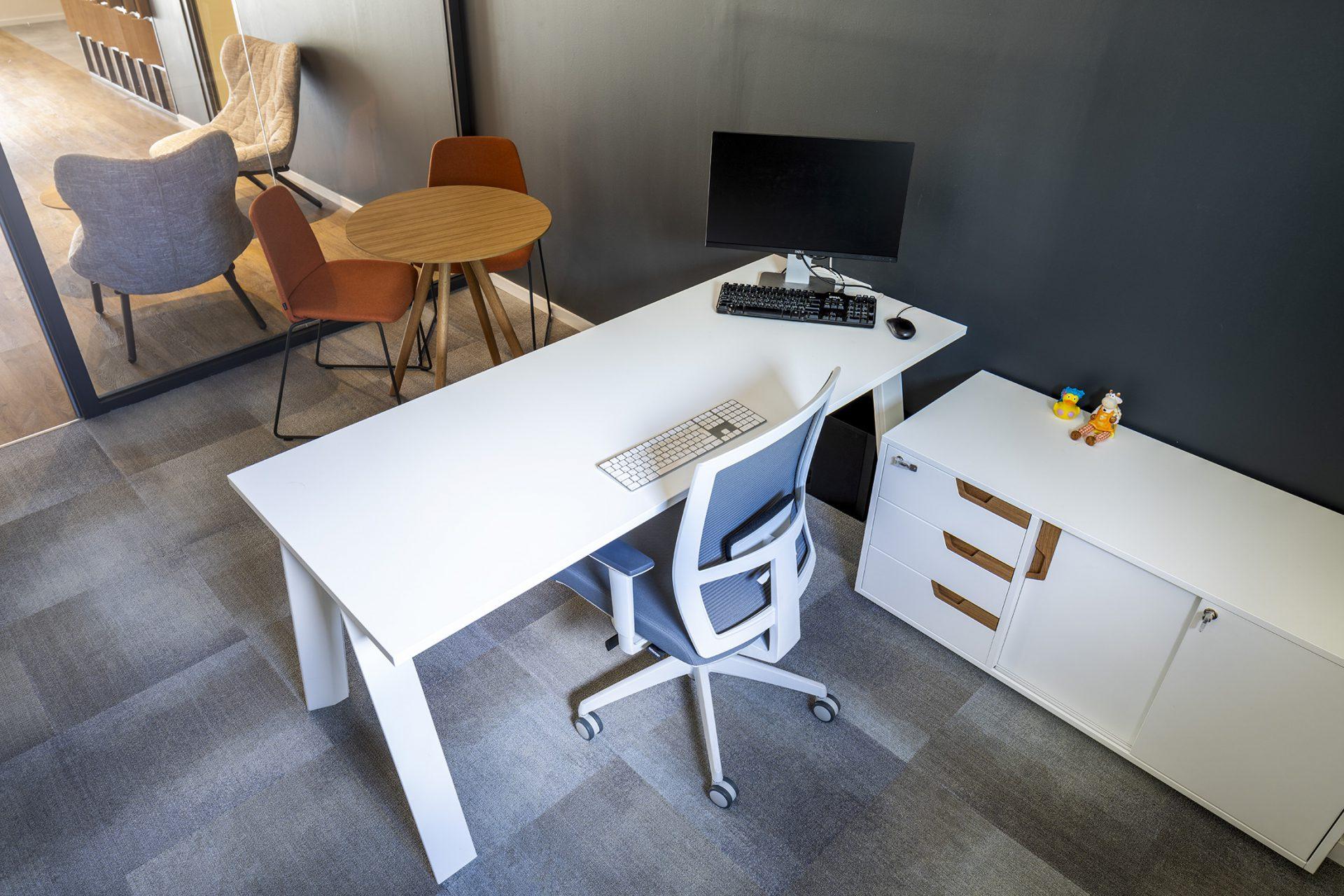 כסא UNNIA TAPIZ , שולחן STIKS, שולחן וארונית ECO