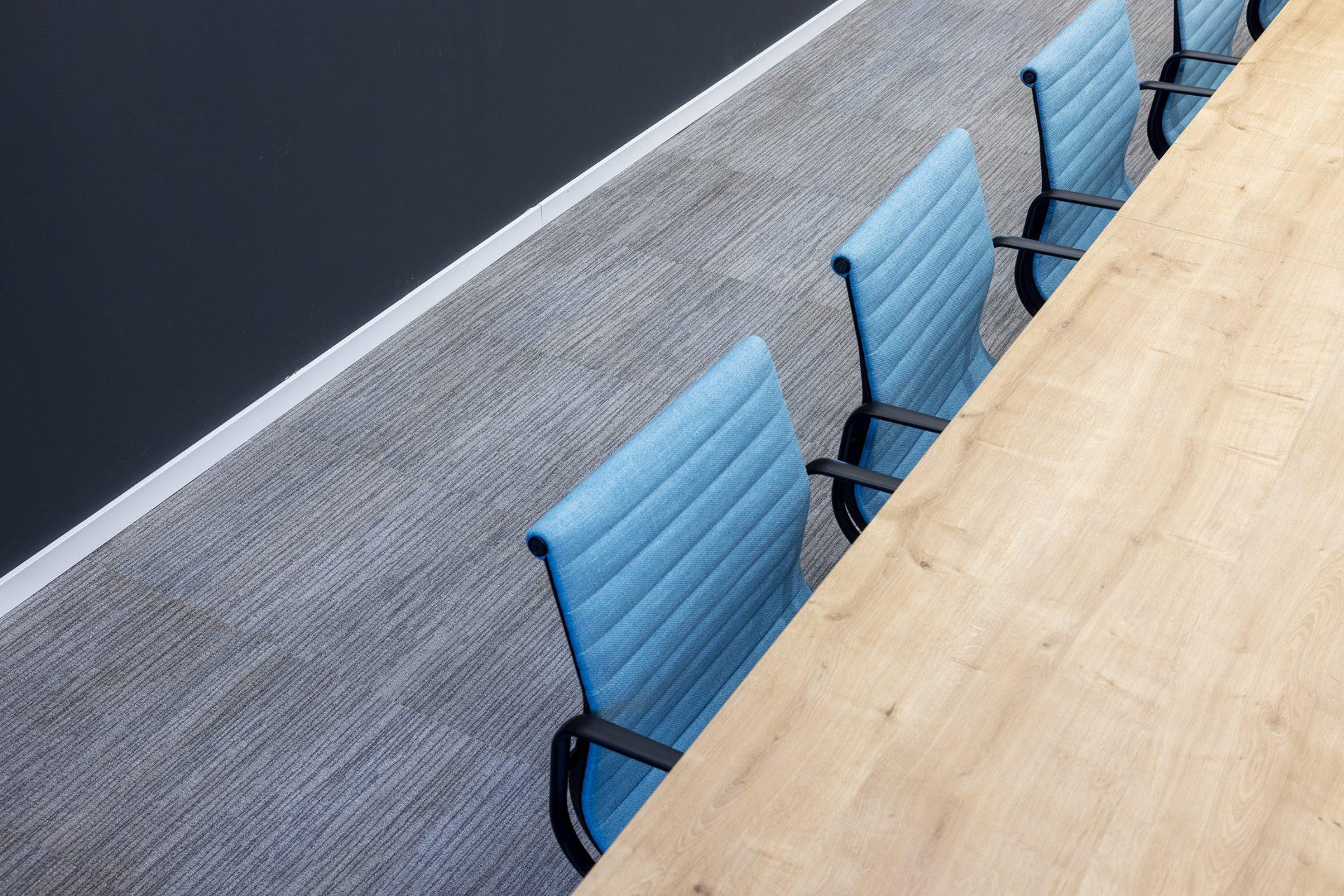 כסא GALLERY , שולחן MAHIA